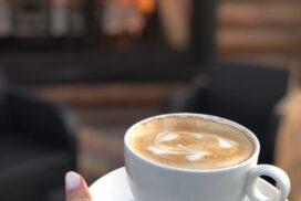 Ароматный кофе в осеннем лесу